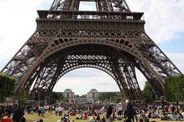 Grote groep toeristen in park voor de Eiffeltoren