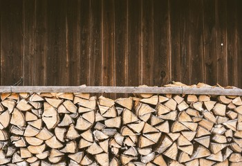 Keuken foto achterwand Brandhout textuur Stacked firewood in front of a wooden hut in the Bavarian Alps.