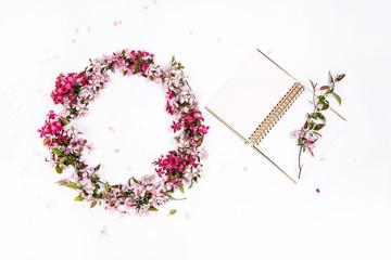 Obraz Wianek z kwiatami i zeszyt - fototapety do salonu