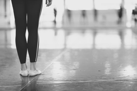 A woman with slim legs is standing in the rehearsal room