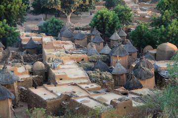 Fototapeta tradycyjne afrykańskie domy z gliny słomy w starej  wiosce obraz
