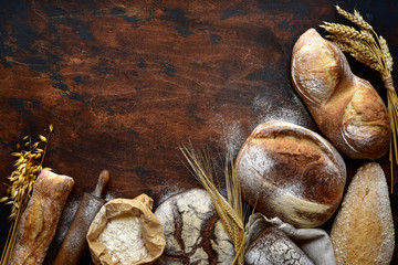 Foto auf AluDibond Brot Homemade fresh baked bread with flour and ears.