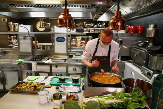 """One-Michelin-starred chef de La Calle, owner of the """"El Invernadero"""" restaurant, cooks a paella at the kitchen of his closed restaurant in Madrid"""