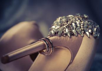 Alianzas de boda en el tacón del zapato de la novia
