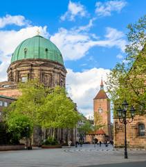 Wall Mural - Jakobsplatz mit Elisabethkirche und Weißer Turm in Nürnberg - Altstadt