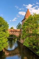 Fototapete - Schlayerturm mit historischem Kettensteg, Stadtmauer, Nürnberg - Altstadt
