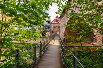 Fototapete - Historischer Kettensteg, Stadtmauer, Nürnberg - Altstadt