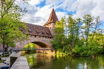Fototapete - Historischer Kettensteg mit Schlayerturm, Stadtmauer, Nürnberg - Altstadt