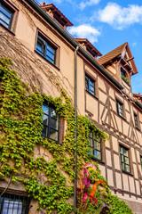 Fototapete - Mit Efeu bewachsenes Fachwerkhaus in Nürnberg - Altstadt am Trödelmarkt