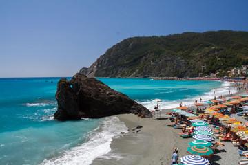 Widok na plażę i zatokę - Monterosso Al Mare, Liguria, Włochy