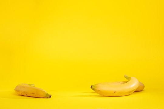 Banane isolate su sfondo giallo