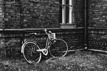 Photo sur Aluminium Bicycle Leaning On Brick Wall