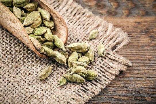 seasoning cardamom beans
