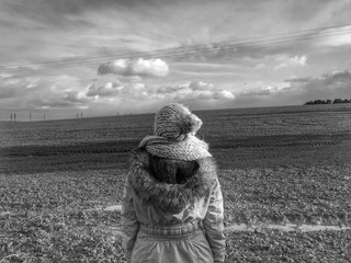 Foto auf AluDibond Rosa dunkel Woman Overlooking Countryside Landscape