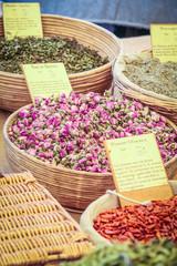 Stand mit Gewürzen auf dem Markt in Gordes