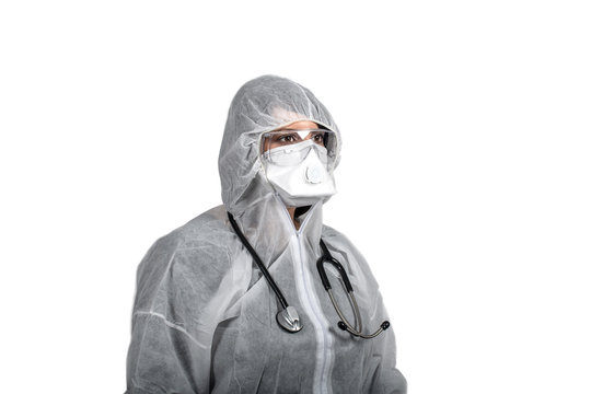 medico con maschera, occhiali e tuta di protezione