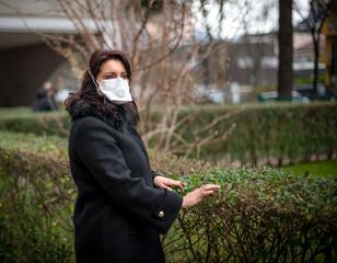 Donna con mascherina al parco