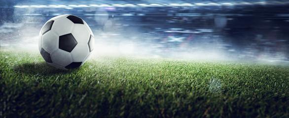 Fussball ligt auf Stadionrasen