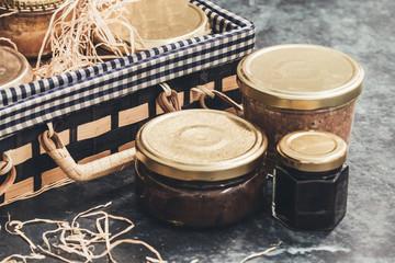 Panier cadeau gastronomique avec pâtés et terrines Fototapete