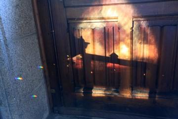 Keuken foto achterwand Smal steegje Sunlight On Closed Wooden Door