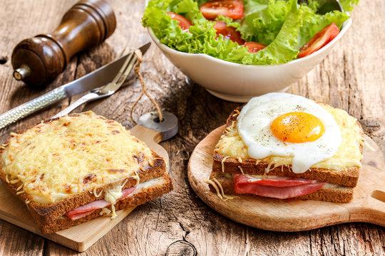1 croque monsieur et 1 croque madame, salade en accompagnement