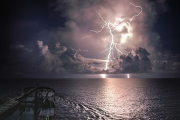 Lightning Over Sea Against Sky Fotobehang