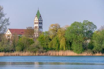 Ketsch am Rhein mit Anglersee und St. Sebastian Kirche