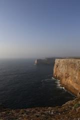 Steilküste - Die Felsen in der Brandung