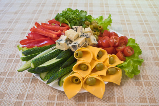 Vegetable salad with two types of cheese
