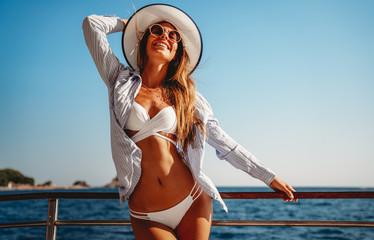 Keuken foto achterwand Hoogte schaal Beach vacation. Beautiful woman in sunhat and bikini enjoying summer trip