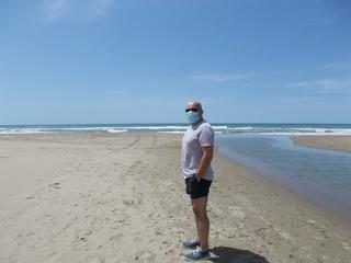 Spacer po plaży w czasie pandemii, Italia.