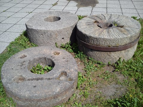 Concrete or cast iron structures for the production of guns in the 19th century. The rings have a hole for rotation. Open-air museum. The remains of the cannon factory.