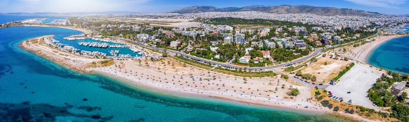 Wall Mural - Luftaufnahme der Küste von Glyfada, Teil der südlichen Athen Riviera, mit Stränden an glasklarem Meer und Häfen für Luxusyachten, Griechenland