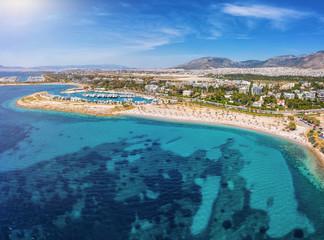 Wall Mural - Luftaufnahme des Strandes von Glyfada, südliches Athen, Griechenland, mit türkisem Meer und Yachthafen