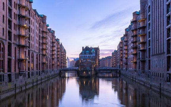 Wasserschloss Hamburg am frühen Abend