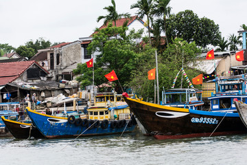 Fischerboote am Fluss Thu Bon in Vietnam.