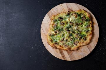 selbstgemachte vegetarische Pizza, Mascarpone, Mozzarella, Champignons, Bärlauchpaste, Studio