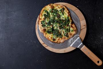 selbstgemachte vegetarische Pizza, Mascarpone, Babyspinat, Mozzarella, Parmesan, Studio