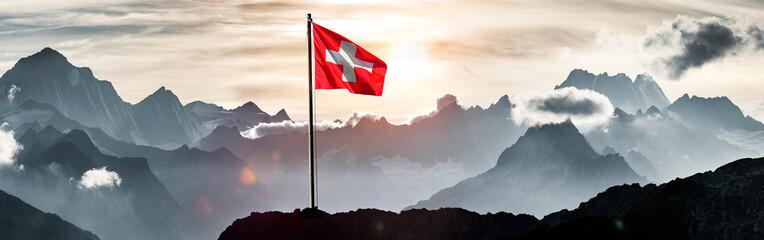 Schweizer Flagge vor Schweizer Alpen