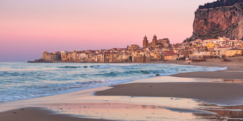 Fototapete - Beautiful view of sand beach, Cefalu Cathedral and old town of coastal city Cefalu at sunset, Sicily, Italy