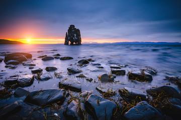 壁紙(ウォールミューラル) - Awesome dark sand after the tide. Location place famous Hvitserkur, Vatnsnes peninsula, Iceland, Europe.