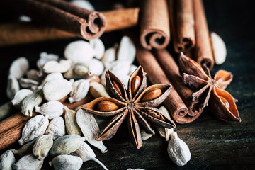 Tuinposter koffiebar Cannelle en bâtons chocolat grains de café cardamome et anis étoilé - Epices pour cuisiner