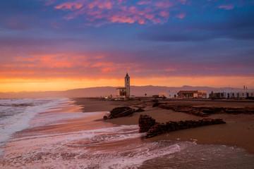 Atardecer de nubes rojas en la playa de Los Corraletes, Las Salinas, Parque Natural de Cabo de Gata-Nijar, Almería, Andalucía, España