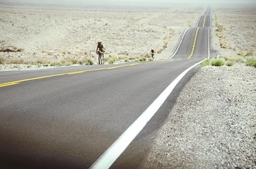 Fotomurales - Two Cyclists On Desert Road