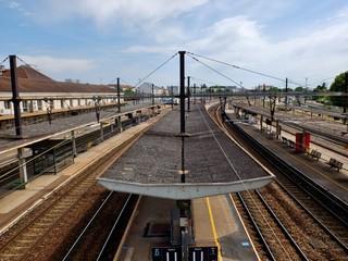 Paysage urbain et gare.