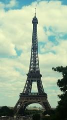 Papiers peints Rouge, noir, blanc Low Angle View Of Eiffel Tower Against Sky