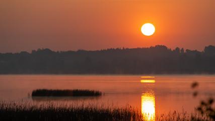 Poster de jardin Orange eclat Piękny krajobraz jeziora w Świerklańcu o wschodzie słońca.