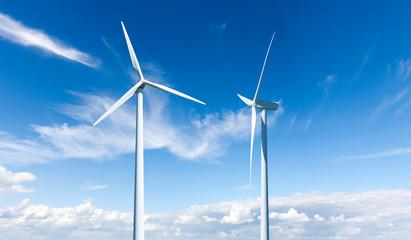 Zwei Windräder vor blauem Himmel