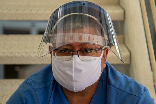 Enfermagem representada por enfermeiro cansado na luta contra o corona virus