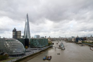 Photo sur Plexiglas Londres Shard London Bridge And Thames River Against Sky